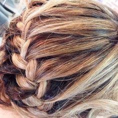 Mettere in risalto le sfumature del Degradé Joelle con delle trecce non ha prezzo.. #cdjalemarytortolì #joelle #sardegna #hair #blonde #sfumaturecapelli @