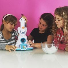 "Hoy seguiremos jugando con alguno de los juguetes q le regalaron ayer. Aquí estaban haciendo granizados ""frozen"" nunca mejor dicho!  TODAY THEY WILL PLAY AGAIN WITH THE TOYS RECEIVED IN THE PARTY. IN THE PICTURE THEY ARE MAJING FROZEN SNOW CONES"