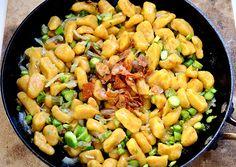NOQUIS DE ZANAHORIA  http://greenvivant.com/2015/05/noquis-de-zanahoria-con-esparragos-salteados-y-chips-de-papa-vegan/