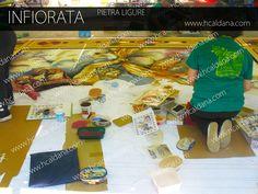 Come gli infioratori infiorano all'infiorata di Pietra Ligure in Liguria