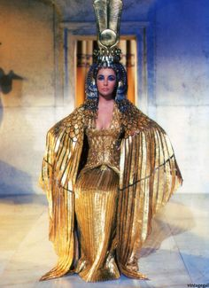 Elizabeth Taylor as Cleopatra. A dress fit for a goddess. Elizabeth Taylor Cleopatra, Cleopatra Costume, Egyptian Costume, Cleopatra Halloween, Queen Cleopatra, Vestido Strapless, Iconic Dresses, Egyptian Goddess, Egyptian Mythology