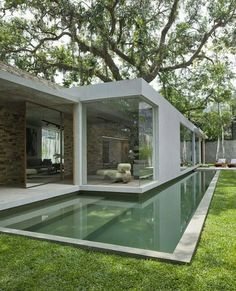 This time We would like to show you a cool and outstanding idea for a Modern Bungalow Design. You can adapt this idea for your tiny house . Moderne Pools, Design Exterior, House Built, Pool Designs, Modern House Design, Future House, Interior Architecture, Swimming Pools, Lap Pools