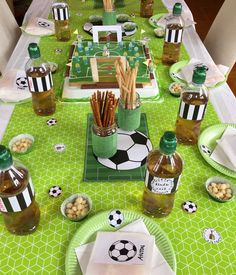 Football children& birthday party: ideas for a successful football party - Make soccer table decoration yourself Soccer Birthday Parties, Soccer Party, Birthday Party Themes, Boy Birthday, Birthday Ideas, Kids Soccer, Party Invitations Kids, Christmas Party Invitations, Kitty Party