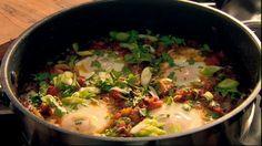 oeufs à la marocaine Faire revenir 1oignon, & ds poivrons rouges & verts finement émincés. Ajouter une tête d'ail, 1piment, laisser compoter. Intégrer des dés de tomates & ds graines de cumin. Créez des petits espaces dans votre poêle à l'aide d'une cuillère en bois et cassez-y vos oeufs. Parsemez de ciboule & coriandre hachées