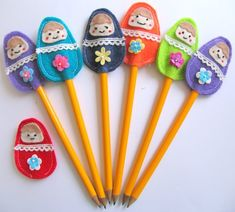cute little Matryoshka pencil toppers - for world thinking day? Pen Toppers, Fete Ideas, Back To School Crafts, Craft Stalls, Little Presents, Matryoshka Doll, Thinking Day, Creative Crafts, Felt Crafts