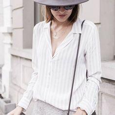 Dieses Hemd, inspiriert vom Pyjama-Style, hat leichte Streifen und einen tiefen V-Ausschnitt. Hier entdecken und kaufen: http://sturbock.me/P9s