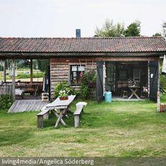 Das sieht nach Urlaub aus: Diese romantische Blockhütte im Grünen macht Lust auf Ferien. Die Veranda lädt zu gemütlichen Abenden im Freien ein, die  …