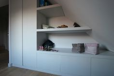 Les coulisses de GABARIT, le blog » meuble de rangement Attic Bedrooms, Upstairs Bedroom, Loft Conversion Wardrobes, Under Stairs Cupboard, Loft Room, Attic Spaces, Cupboard Storage, Built In Shelves, Built In Wardrobe