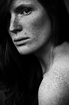 Great Tips For People Who Want Perfect Skin. Healthy skin is free from acne, blemishes, and infection. Caring for the skin is crucial if you want it to be healthy. Black And White Portraits, Black And White Photography, Freckles Girl, Freckle Face, We Are The World, Foto Pose, Perfect Skin, Interesting Faces, Portrait Photography