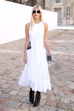 Street style look Lala Rudge vestido branco com bota preta bico fino.