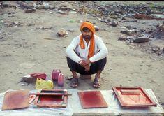 #india Como sucede en toda la India, los empresarios parecen llenar cualquier eventual necesidad. En 1996 grandes multitudes de hombres vestidos con camisas idénticas, las cuales habían sido hechas por artistas itinerantes serigrafía como éste.  La shablon de la derecha es una imagen de Shiva.  (1996)