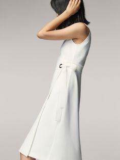 Ärmelloses Kleid in Wickeloptik mit Zierschleife. Ausgestellter Schnitt und V-Ausschnitt. In der Größe M beträgt die Länge des Kleidungsstücks 107 cm.