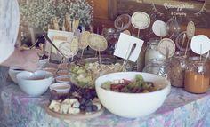 Szwedzki stół z pastami do chleba i innymi zakąskami. Pasty do wyboru: makrelowa, hummus,  paprykowo-orzechowa, mus łososiowy, tzatziki. #rekwizytorniaandcompany #wesele #urodziny #dekoracje