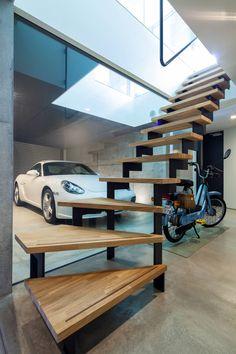 田中一郎建築事務所 の モダンな 廊下&階段 玄関ホールから眺める事ガレージ