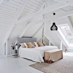 WEBSTA @ renoveringsdamm - GRATTIS ALLA MAMMOR Ni är fantastiska! En härlig dag önskar jag er med detta läckra vindssovrum med underbar takhöjd, vitmålat trägolv, vitmålade bjälkar och vitmålad träspont på tak och väggar. Repost: @bjurfors_goteborg