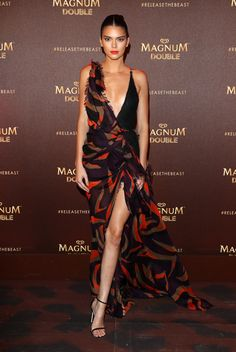 Kendall Jenner wearing Stuart Weitzman Nudist Sandals in Black Nappa Goosebump, Versace V-Neck Silk Chiffon Gown and Harry Kotlar Yellow Diamond Stud Earrings Sexy Dresses, Nice Dresses, Evening Dresses, Kendall Jenner Estilo, Kendall Jenner Outfits, Kylie Jenner, Star Fashion, Fashion Show, Big Fashion