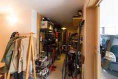 玄関を入ってすぐの場所に、靴を脱がずにそのまま入れるアウトドア用品を収納するスペースを設けてある。 Hobby House, Entrance Hall, House Rooms, New Homes, Storage, Interior, Outdoor, Image, Ideas