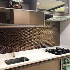 Uma cozinha sofisticada com revestimento, torneira e portas do armário aéreo em bronze. via @criativa_inspiracao Po