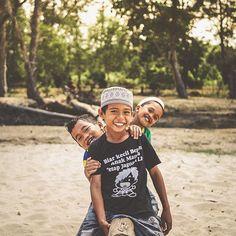 """Check out our Surf clothing here! http://ift.tt/1T8lUJC """"Somos condutores de energia. Se desejamos o bem o bem vem. Se espalhamos amor o amor fica. Se sorrimos sorrisos recebemos. Pode demorar pode não ser sempre. Mas se tem uma coisa que a vida faz é ser grata desde que sejamos com ela. Se tem uma coisa que o Universo faz é ser justo desde de que sejamos com nosso próximo. As coisas acontecem. A bondade existe. O amor vence. E toda positividade precisa circular. Espalhe !"""" -Ana Nunes…"""