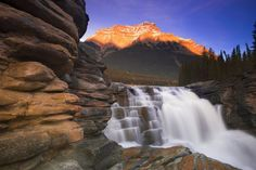 Vodopády Athabasca v Jasper National Park, Alberta, Kanada Beautiful Scenery Wallpaper, Beautiful Scenery Pictures, Cool Pictures Of Nature, Nice Photos, Beautiful Images, Cool Landscapes, Beautiful Landscapes, Parc National, National Parks