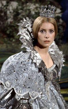 Peau d'Âne (Catherine Deneuve) dans sa robe couleur de lune - Jacques Demy