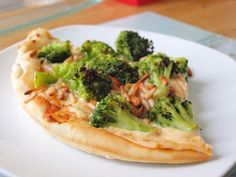 Brokkoli-Pizza mit Crème fraîche, Pinienkernen und Parmesan