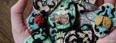 Broche en tapisserie  tissage technique de haute lisse ,fait à Arras .Bijoux handmade  *Une pâquerette dans les cheveux*