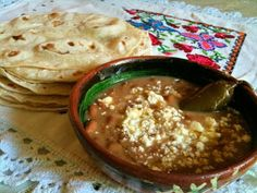 Frijoles con queso fresco, chiles jalapeño, acompañados con tortillas de harina de trigo... gustan?