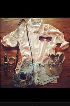 Blusa rosa palo, vaqueros y sandalias