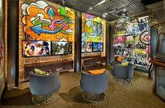 Quando o Design de Interiores encontra a arte de rua - O grafite está nos mostrando ser uma maneira versátil de adicionar cor e estilo aos ambientes. Veja alguns ambientes que conseguiram mesclar a arte de rua com o design de interiores.