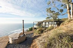 A dramatic cliff overlooks the Pacific Ocean from this peaceful, undeveloped region of Chile. The Chilean Beach Pavilion House by WMR Arquitectos has Contemporary Architecture, Architecture Design, Weekend House, Surf Shack, Belle Villa, Prefab Homes, Pavilion, House Tours, Chile
