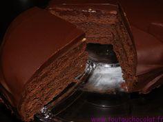 Coucou mes fondus, voici ma recette de la Sachertorte, un gâteau autrichien succulent, fort en chocolat noir et sublime avec ses étages de génoise parfumée à l'amande. #chocolat #sachertorte #toutauchocolat