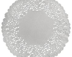 SILVER Foil Paper Doilies with white back side. Be sure to look at all the picture ideas for more ideas! - Available in 75 and 100 count packs - Available is 10 and 12 sizes - Both styles available in Gold and Silver - IN STOCK and READY TO SHIP! Invitations Quinceanera, Diy Invitations, Silver Paper, Metallic Paper, Paper Lace Doilies, Doily Wedding, Wedding Table, Gold Chargers, Silver Anniversary
