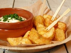 Recipe for homemade patatas bravas with aioli! Go on the Spanish tour, nice . - Recipe for homemade patatas bravas with aioli! Go on the Spanish tour, nice for example at a tapas - Aioli, Tapas Buffet, Beef Recipes, Healthy Recipes, Crab Recipes, Party Recipes, Healthy Food, Tapas Party, Brunch