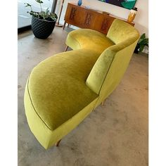 Fresh on the floor for the weekend we have this glorious curved lounge / daybed. At approx metres and fully… Green Velvet Sofa, Mcm Furniture, Rustic Home Interiors, Mid Century Furniture, Daybed, Midcentury Modern, Modern Living, Decoration, Retro Style