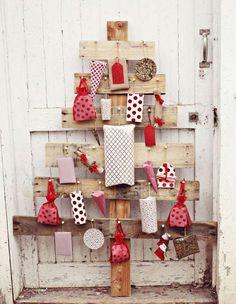 fabriquer un calendrier de l'Avent en bois en forme de sapin de Noël décoré de pochettes à cadeaux