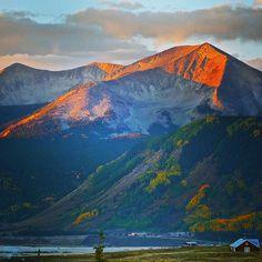 #whetstonemountain at 7:15 this AM #crestedbutte #cbcolors #colorfulcolorado @visitcolorado #autumn #sunrise #mountains Photo: Chris Segal