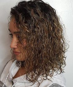 50 Gorgeous Perms Looks: Say Hello to Your Future Curls! Permed Lob With Highlights Sure, the bushy Hairdos For Curly Hair, Curly Hair Styles Easy, My Hairstyle, Permed Hairstyles, Medium Hair Styles, Short Hair Styles, Perm On Medium Hair, Perm For Thin Hair, Teenage Hairstyles