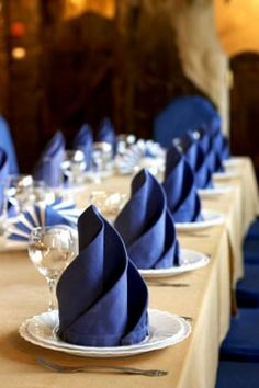 Looking for ways to add subtle blue accents? How about adding a blue napkin to your table settings. #BlueWedding