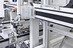 XZ-Positioniersystem mit pneumatischer Dreh- und Greifeinheit integriert in eine Montagelinie. / XZ-positioning system with pneumatic rotary-gripping-unit integrated into an assembly line.