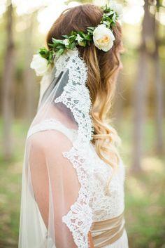 Cabelo solto, coroa de flores e véu!