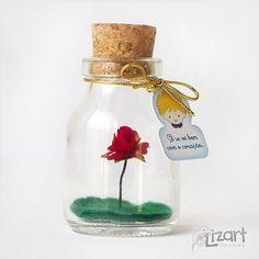 """Lembrancinha O Pequeno Príncipe - Frasco de vidro com uma rosa dentro e tag com a frase: """"Só se vê bem com o coração"""""""