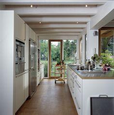 Offene Küche im Holzhaus mit bodentiefen Fenster