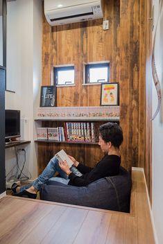 LDKの片隅に設けられたご主人の趣味スペース。一段下がりの床で、すっぽりはまるこのサイズ間が心地良い、くつろぎの空間となっています。 Home Office Space, Home Office Desks, Social Housing Architecture, Utility Room Designs, Sound Room, Loft Room, Space Interiors, Ideas Geniales, Interior Decorating