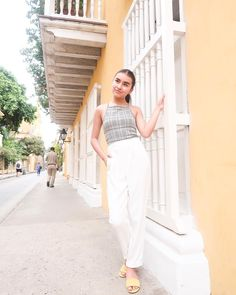 » Lugares lindos donde coleccionar historias 🌇. Acabo de subir nuevo video hermos@s! Besos! Winter Outfits, Casual Outfits, Sophisticated Outfits, Tumblr Outfits, Strike A Pose, Summer Collection, Personal Style, Classy, Clothes For Women