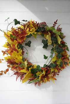 Why not make a leaf wreath? Autumn Decorating, Autumn Wreaths, Fall Flowers, Floral Centerpieces, Autumn Home, How To Make Wreaths, Warm Colors, Grapevine Wreath, Halloween
