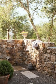 Rustic Outdoor Shower by Rela Gleason and McAlpine Tankersley Architecture in Calistoga, California Outdoor Baths, Outdoor Bathrooms, Indoor Outdoor, Outdoor Living, Outdoor Toilet, Chic Bathrooms, Outside Showers, Outdoor Showers, Rustic Outdoor