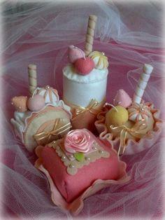 Kit de doces em feltros,todos feitos à mão. Medidas variam de 7 a 16cm. As cores podem ser alteradas de acordo com a sua preferência e disponibilidade. Podem ser vendidos separadamente. Consulte.
