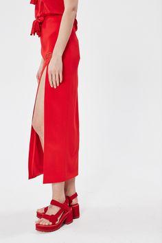 """<span style=""""background-color: #ffffff;"""">В круизной коллекции много красного цвета, коктейльных платьев и вышивки. Эта длинная красная юбка - отличный вариант для свиданий и вечерних выходов. Глубокий разрез и вышивка в виде сердца привлечет еще больше внимания в сочетании с <a href=""""http://www.km20.ru/catalog/product/67316/"""">обувью на каблуках</a>.</span>"""