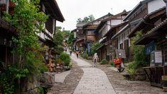 La ruta Nakasendo, utilizada antiguamente por samuráis y mercaderes, fue una de las principales rutas que conectaban Tokio y Kioto durante el periodo Edo. Es una excelente excursión para descubrir el Japón más rural y para conocer un poco mejor la naturaleza del país y abstraernos de sus grandes urbes. La ruta en sí consta de 7,7 km entre Magome y Tsumago y la recomendación es empezar desde Magome ya que es el pueblo a mayor elevación de los dos, por lo que casi todo el camino es en llano o…